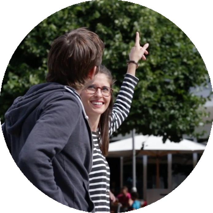 Zwei Touristen entdecken Mainz per App